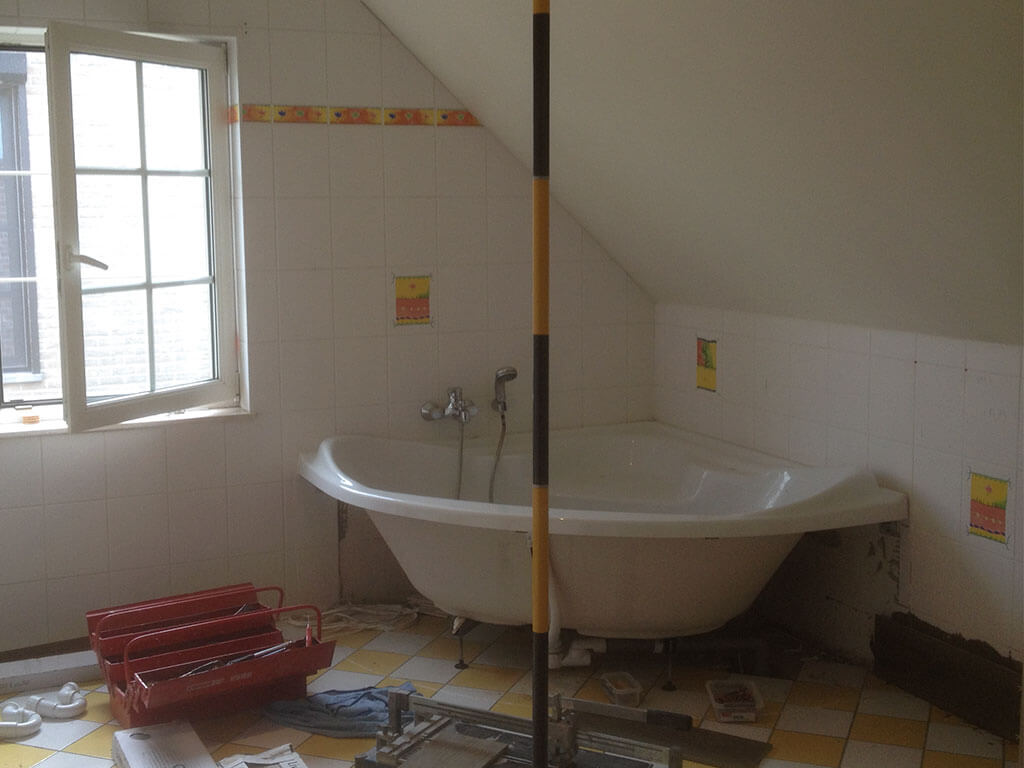 Bathroom-2-Bathtub-Before